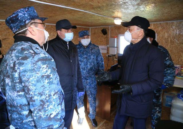 Аким Костанайской области Архимед Мухамбетов посетил блокпост