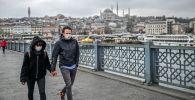 Стамбул көшелерінде маска киген жастар