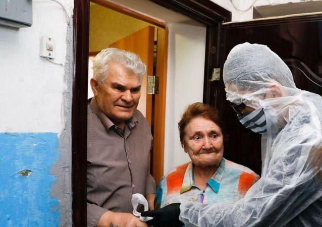 Спортсмены Казахстана доставляют одиноким старикам горячие обеды в Нур-Султане