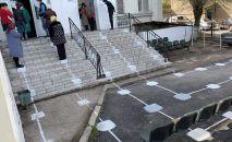 В Туркестанской области для граждан в очереди перед отделениями АОХалық банк  Қазпочта, определены специальные места