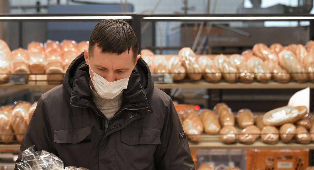 Покупатель в хлебном отделе магазина