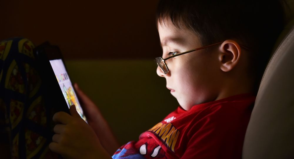 Ребенок с планшетом, дистанционное обучение