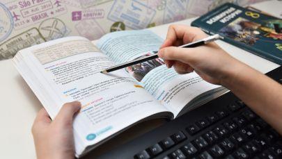 Учебник и клавиатура компьютера, дистанционное обучение