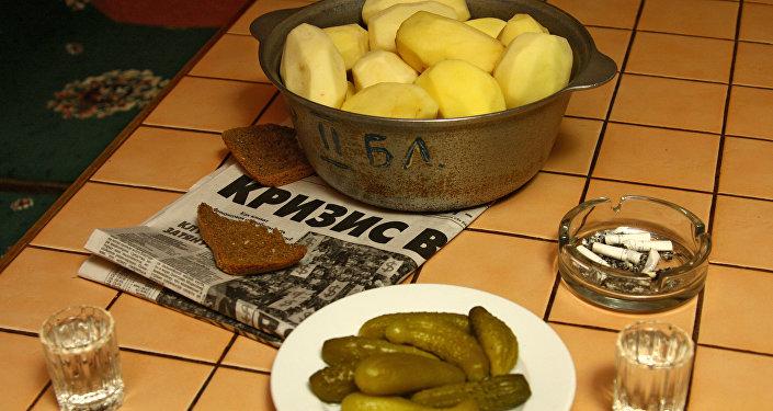 Кризисное меню - вареная картошка, соленые огурцы