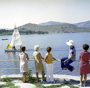 Жители Усть-Каменогорска на набережной Иртыша