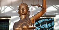 Архивное фото статуи богини правосудия Фемиды у здания Верховного суда РК в Астане