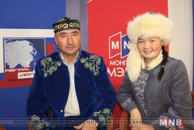 Девушка-беркутчи Айшолпан и ее отец Нургайв Р.
