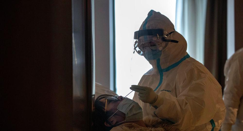 Врач проводит анализ на коронавирус