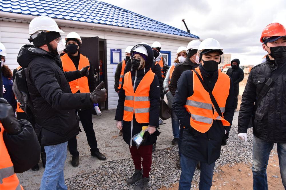 На строительную площадку пригласили журналистов.