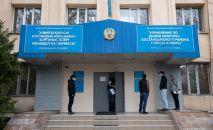 У входа в управления по делам обороны в Алматы