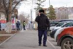Пожилой мужчина во время карантина на улице говорит по мобильному телефону