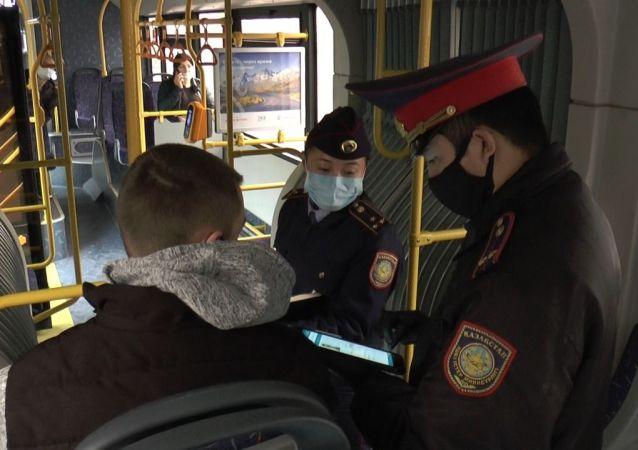 Полицейские в общественном транспорте