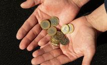 Деньги, монеты в ладонях