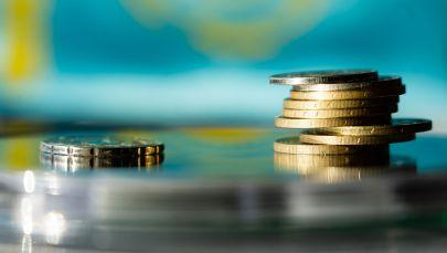 Деньги, тенге монеты стопка