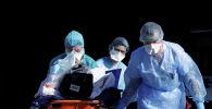 Врачи везут в больницу зараженного коронавирусом