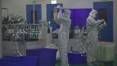 Рабочие на производстве медицинских масок