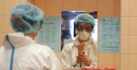 Врач моет руки в больнице с коронавирусом
