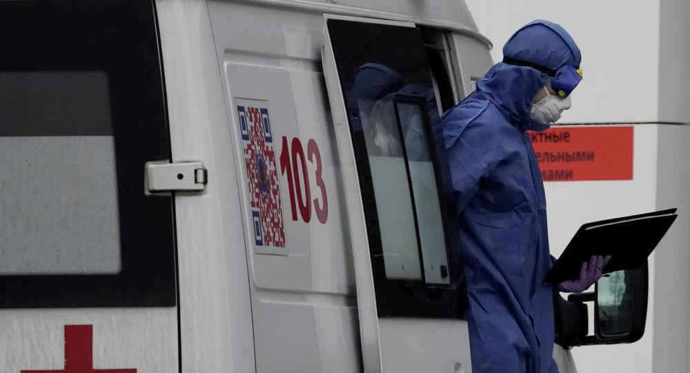 Медик выходит из машины скорой помощи