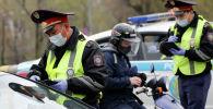 Полицейские в карантинном Алматы проверяют транспорт на улицах