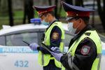 Полицейские проверяют транспорт на улицах карантинного Алматы