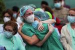 Жылап жатқан медицина қызметкерлері