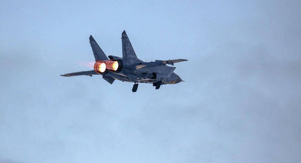 Самолет МиГ-31 во время учебно-тренировочных полетов, архивное фото