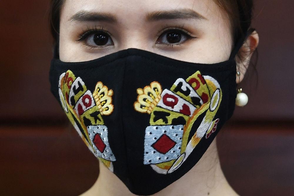 Маска для лица с ручной вышивкой от вьетнамского дизайнера Do Quyen Hoa