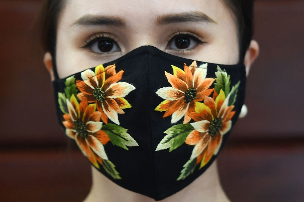 Модель в защитной маске вьетнамского дизайнера Do Quyen Hoa