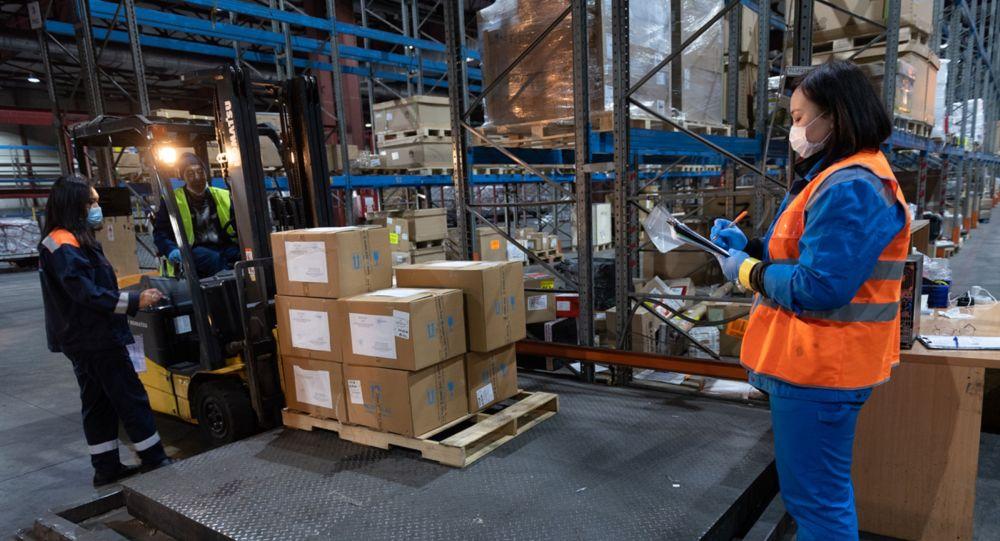 Гуманитарная помощь на складе, архивное фото
