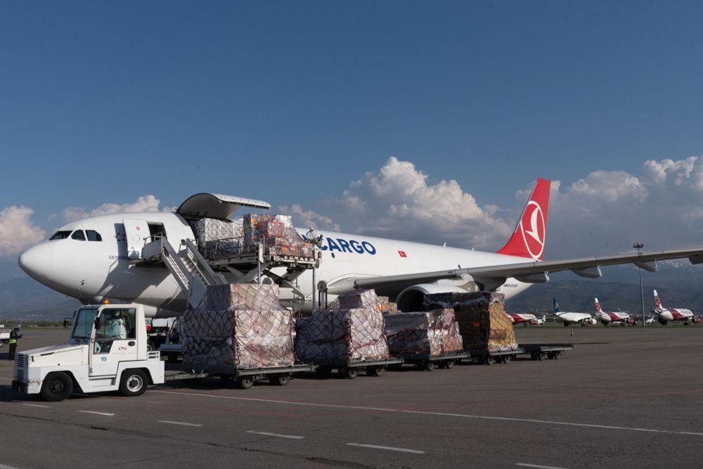 В аэропорту Алматы разгружают самолет с гуманитарной помощью из Турции