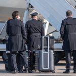 Экипаж авиалайнера в аэропорту