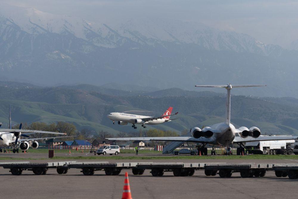 Самолет на взлетной полосе аэропорта Алматы