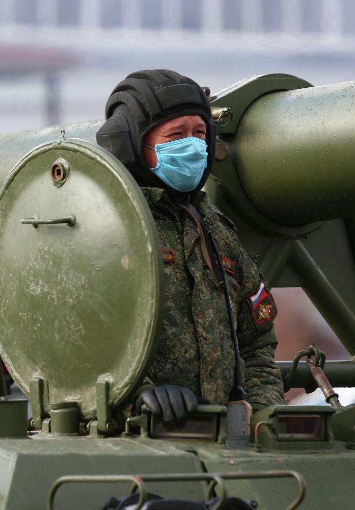 Танкист в защитной маске на репетиции парада Победы