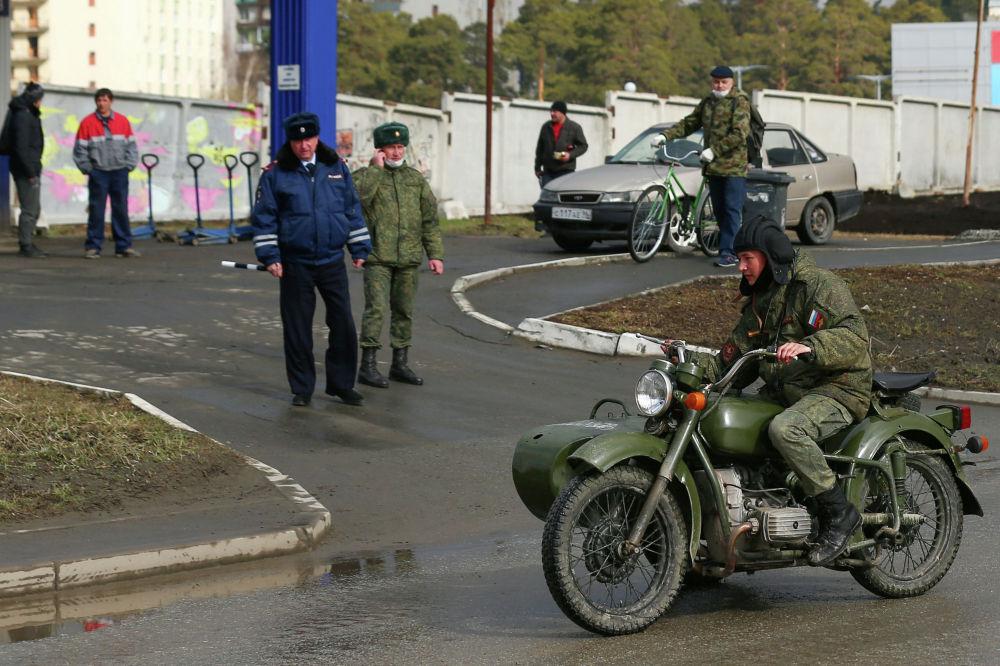 Военнослужащий на мотоцикле во время репетиции парада Победы