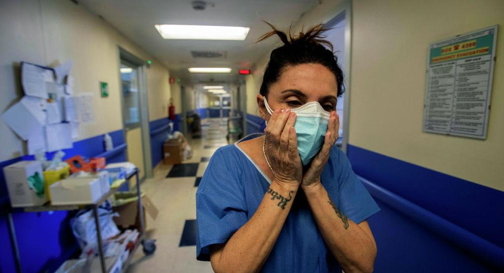Медсестра в защитной маске в пустом коридоре больницы