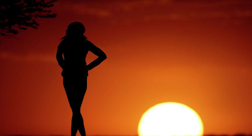 Силуэт девушки на закате