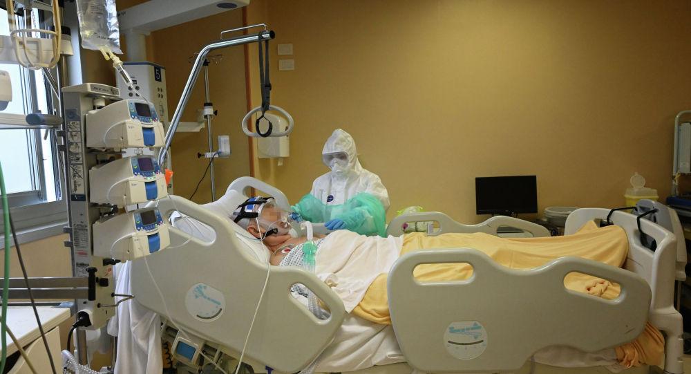 Врач в палате интенсивной терапии в больнице с коронавирусом