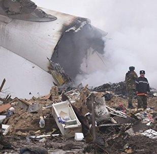 Сотрудники МЧС на месте крушения самолета недалеко от бишкекского аэропорта Манас