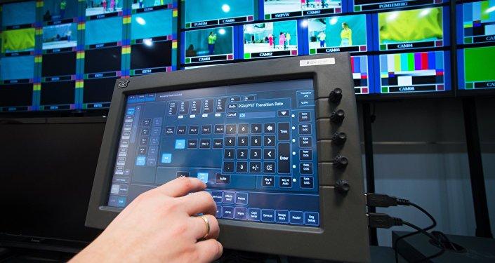 Инженеры в аппаратной телевизионного комплекса