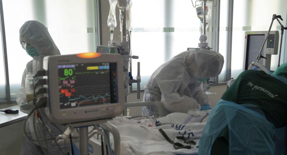 Медики в палате интенсивной терапии в больнице коронавирусом