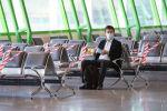 Пассажир в зале ожидания в аэропорту Нур-Султана во время карантина