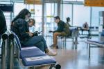 Пассажиры в зоне ожидания аэропорта, архивное фото