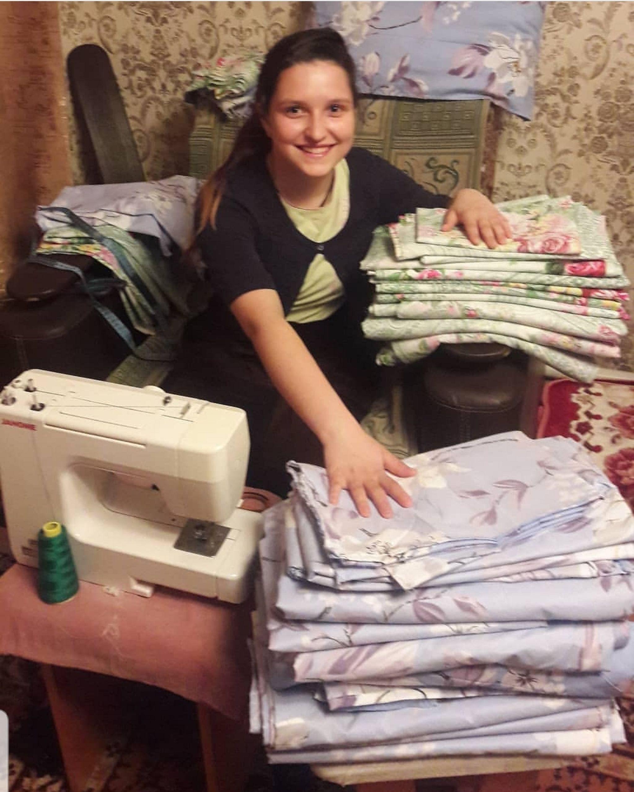 Одна из дочерей Кабылбаевых занимается шитьем