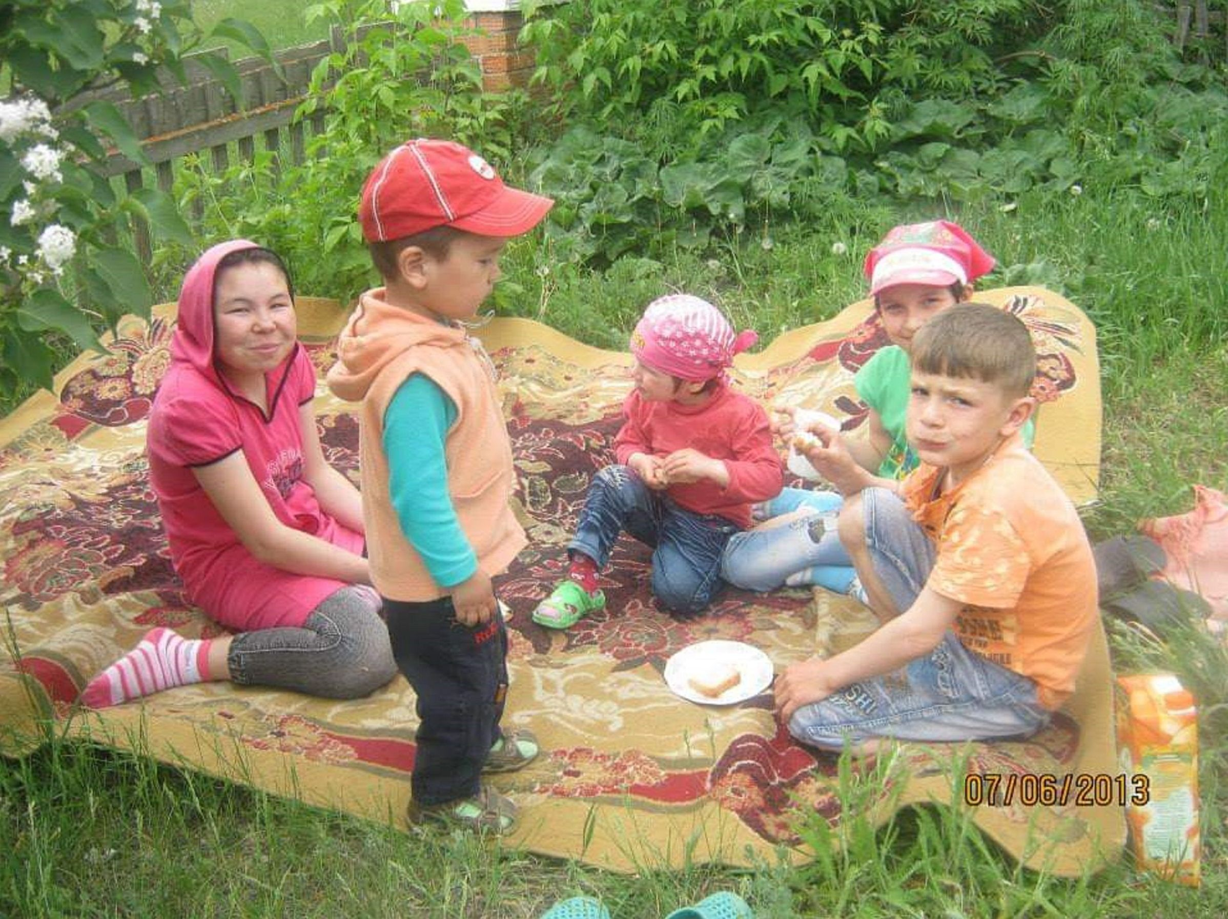 Дети семьи Кабылбаевых на пикнике во дворе