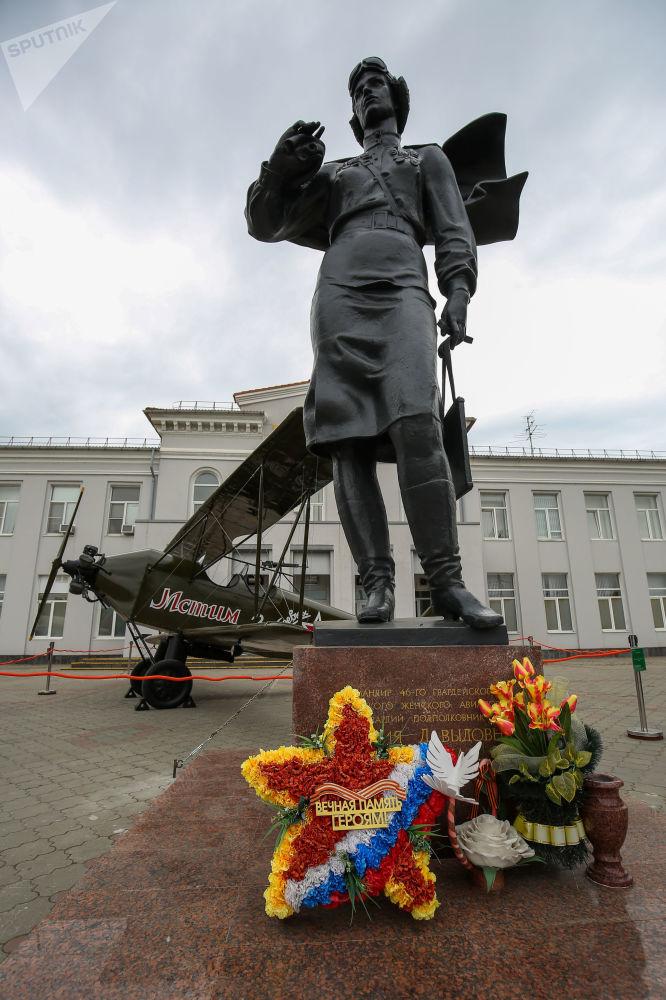 588-ші түнгі бомбалаушы әйелдер әуе полкінің командирі Евдокия Бершанскаяның соғысқа дейін 10 жылдық ұшу тәжірибесі болған.