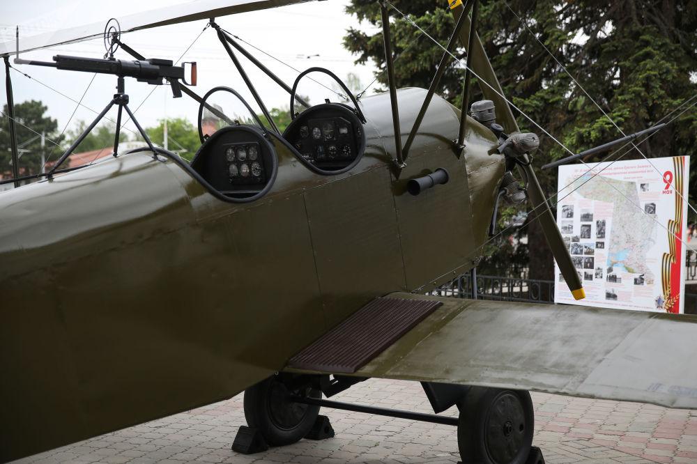 Хиуаз Доспанова өз құрбыларымен бірге По-2 ұшағымен 300-ге жуық жауынгерлік тапсырманы орындады.