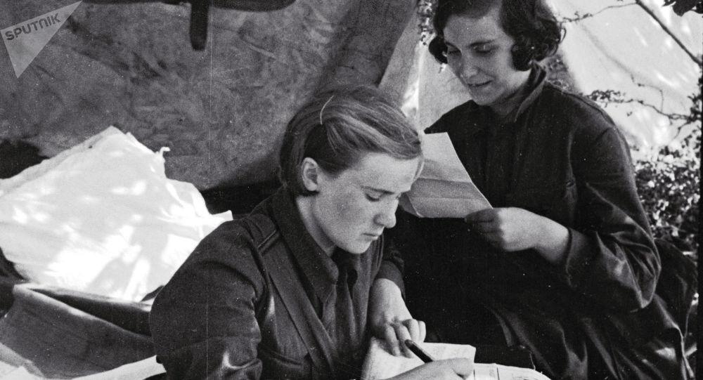Соғыстағы әйелдер, архивтегі фото