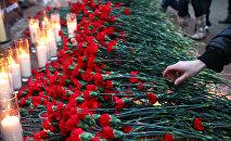 Архивное фото гвоздик и свечей во время акции памяти