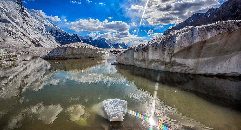 Моренное озеро в горах близ Алматы