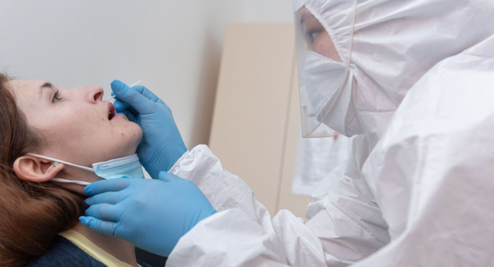 Пациент сдает ПЦР-тест на коронавирус